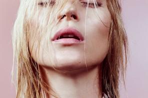 Kate Moss 登上《W MAGAZINE》2015 年5 月時尚內容