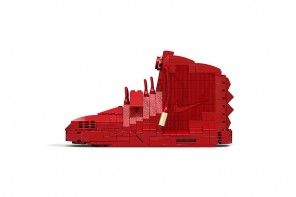 "用LEGO 玩具還原的Nike Air Yeezy 2 ""Red October"" 球鞋"
